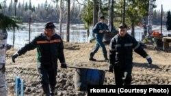 Очистка реки Колва в Коми после нефтеразлива (архивное фото)