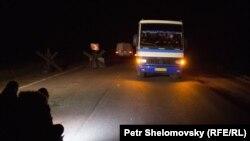 Автобус с освобожденными украинскими солдатами покидает блокпост в Донецкой области. Апрель 2015 года