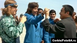 Гленн Коуэн и Чжуан Цзэдун во время визита китайского спортсмена в США в 1972 году