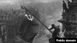 Sovet hərbçiləri Reyxstaq üzərində sovet bayrağını qaldırırlar - 30 aprel 1945