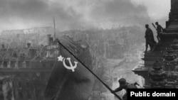 Советские солдаты водружают флаг над Рейхстагом. Берлин, 30 апреля 1945 года.