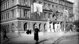 Советские офицеры изучают место группового самоубийства в Вене в 1945 году. Советская армия вошла в столицу Австрии в середине апреля 1945 года. (Фотография Евгения Халдея/TAСС)