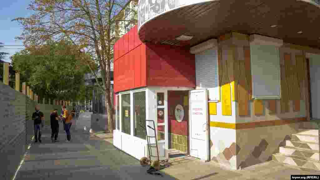 Винный магазин в районе площади Амет-Хана Султана