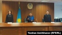 Судья Верховного суда Абай Рахметулин (в центре) зачитывает решение коллегии по ходатайству Владислава Челаха. Астана, 22 января 2019 года.