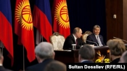 Алмазбек Атамбаев и Владимир Путин на совместной пресс-конференции в Бишкеке