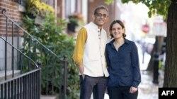 Абиджит Банержи и Естер Дюфло пред дома си в Бостън