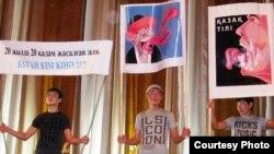 Участники собрания в поддержку казахского языка держат в руках плакаты, на одном из них написано следующее: «Кто виноват, что за 20 лет не сделано 20 шагов». Алматы, 20 сентября 2009 года. Фото предоставлено представителями движения «Мемлекеттік тіл».