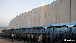 Palestinë - Palestinezët presin në rend për të kaluar në Izrael, në barrikadë kontraverse para postbllokut izraelit në Bregun Perëndimor të qytetit Bethlehem, 07Korrik2013 (Ilustrim)