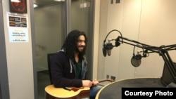 رامي عصام في ستوديو الاذاعة