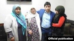Шарофиддин Гадоев с родными перед вылетом из Душанбе во Франкфурт, 2 марта