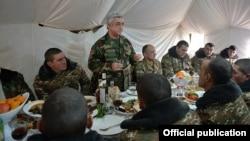 Президент Армении Серж Саргсян за праздничным столом с военнослужащими. 31 декабря, 2015 г.