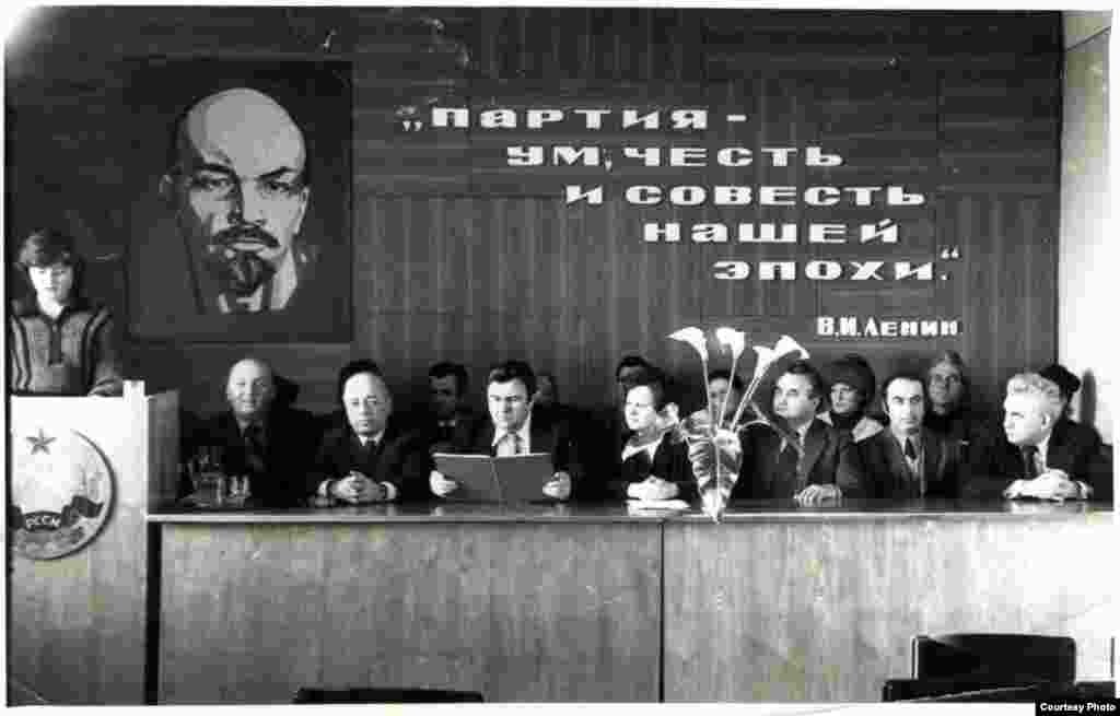 Ședință de producție la uzina în care lucra Leon Akkerman (primul rând, al doilea din dr.) . Edineț, 1975