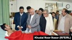 د بلوچستان وزیراعلی ډاکټر عبدالمالک بلوڅ او د صوبايي حکومت نور چارواکي د کوټې په پوځي روغتون کې د ټپیان پوښتنه کوي