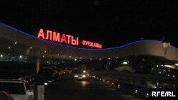 У терминала аэропорта Алматы.