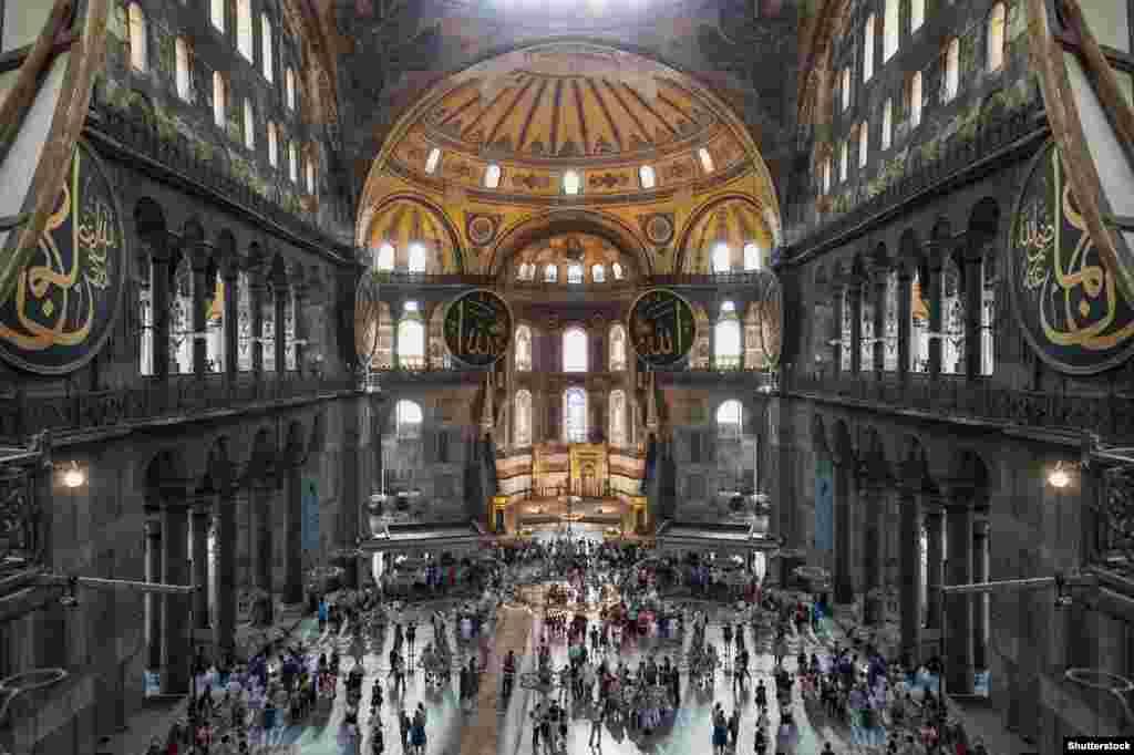 Усередині собору сьогодні. Напередодні виборів у Туреччині в березні 2019 року Ердоган сказав прихильникам: «Після виборів ми змінимо ім'я Святої Софії з музею на мечеть». Він не уточнив тоді, чи зміниться статус собору разом із назвою