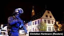 Полицейский в окрестностях места нападения в Страсбурге, 11 декабря 2018 года.