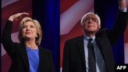 АҚШ президенттігіне Демократиялық партиядан түсуге үміткерлер Хиллари Клинтон (сол жақта) мен Берни Сандерс. 17 қаңтар 2016 жыл.
