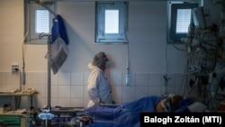 Védőfelszerelést viselő ápoló a fővárosi Semmelweis Egyetem Városmajori Szív- és Érgyógyászati Klinika koronavírussal fertőzött betegek fogadására kialakított intenzív osztályán 2021. április 9-én