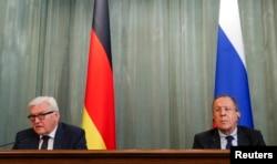 Міністр закордонних справ Німеччини Франк-Вальтер Штайнмаєр (ліворуч) та міністр закордонних справ Сергій Лавров під час прес-конференції у Москві. 23 березня 2016 року
