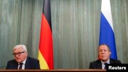 Министры иностранных дел Германии Франк-Вальтер Штайнмайер (слева) и России Сергей Лавров на пресс-конференции Москве, 23 марта 2016 года.