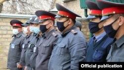 Бишкектеги милиция кызматкерлери.