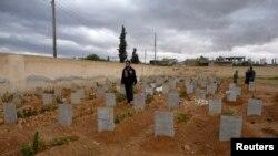 Цвинтар з новими похованнями поблизу міста Кусейр, квітень 2013 року
