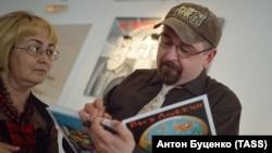 Художник Вася Ложкин на открытии своей выставки в Екатеринбурге (архивное фото)