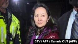 این تصویر از دوربینهای مداربسته منگ وانژو را در حال خروج از دادگاهی در کانادا نشان میدهد