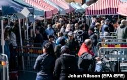 На ринку в місті Мальме, не дуже сподіваючись на добровільне дистанціювання, поставили бар'єри, щоб хоч якось впорядкувати юрбу, фото 25 квітня 2020 року