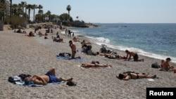 Луѓе на плажа на Грција со почитување на социјалната дистанца
