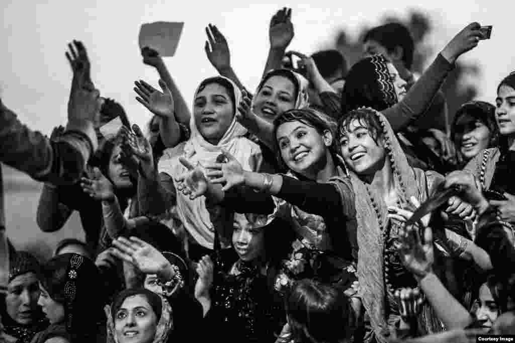 هواداران «فرهاد دریا»، خواننده افغان، در مزار شریف.