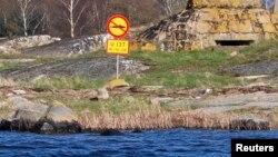 """Швеция. Знак на берегу шхеры """"Подводным лодкам не подходить"""""""