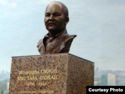 Памятник Мустафе Шокаю, установлен недалеко от Парижа.