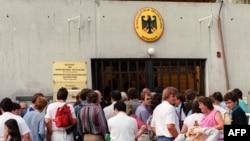 Жители Восточной Германии у консульства ГДР в Венгрии, 14 августа 1989 года.