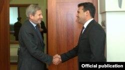 Премиерот Зоран Заев и еврокомесарот за добрососедска политика и преговори за проширување, Јоханес Хан.