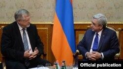 Президент Армении Серж Саргсян (справа) принимает специального представителя ЕС по Южному Кавказу и кризису в Грузии Герберта Зальбера, Ереван, 9 февраля 2015 г. (пресс-служба президента Армении)