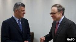Заместитель генерального секретаря НАТО Александр Вершбоу (справа) и премьер-министр Косово Хачим Тачи во время встречи в Брюсселе 20 марта 2013 года