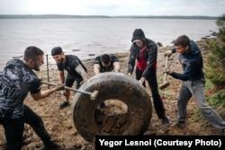 Волонтеры убирают шины с берега Иркутского водохранилища
