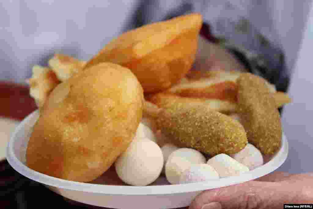 Традиционные казахские блюда - курт, бауырсаки, жент.
