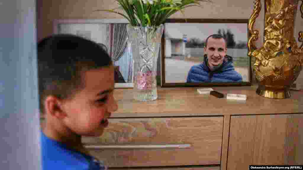 Сын правозащитника Юнус возле фотографии своего отца в доме в Бахчисарае