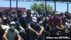 Thousands of Tajik and Uzbek migrant workers have been stranded in Kazakhstanin recent weeks, because they are unable to travel home due to restrictions imposed to combat the coronavirus. pandemic.