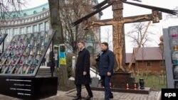 Андрей Пленкович (л) і Володимир Гройсман (п) вшановують пам'ять героїв Майдану, Київ, 21 листопада 2016 року