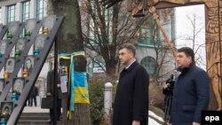 Hrvatski i ukrajinski premijeri - Andrej Plenković i Volodimir Hrojsman obilaze spomenik žrtava protesta na Majdanu