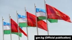 Флаги Узбекистана и Кыргызстана.