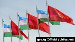 Кыргызстан менен Өзбекстандын желектери.