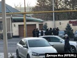 Сотрудники полиции у территории гостиницы «Достык». Шымкент, 15 ноября 2018 года.