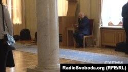 «Приватний помічник» Олександра Вілкула («Опозиційний блок») чекає на депутата у кулуарах парламенту