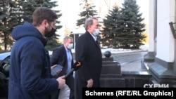 «Схеми» намагалися запитати в самого Віктора Медведчука, чим зумовлена така низька вартість акцій заводу, та відповіді не отримали