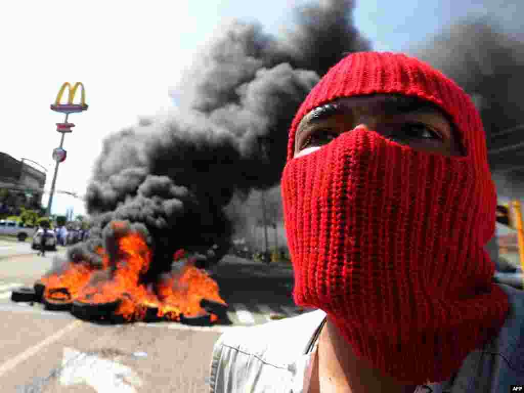 Сторонники свергнутого президента Гондураса Мануэля Селайи начали возводить в центре Тегусигальпы баррикады