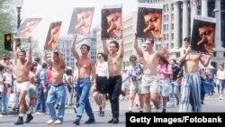 Клинтона считали первым президентом, защищавшим права геев, но иногда его действия, продиктованные политическими соображениями, вызывали недовольство ЛГБТ-сообщества. Марш в защиту прав геев, Вашингтон, 25 апреля 1993 года.